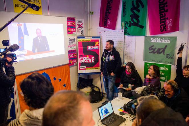 Des cheminots rassemblés pour écouter les annonces d'Edouard Philippe près de la gare du Nord à Paris, le 11 décembre.