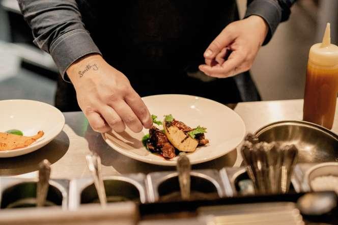 Au menu, ce soir-là : vache laitière braisée et garum au céleri rave et au babeurre.