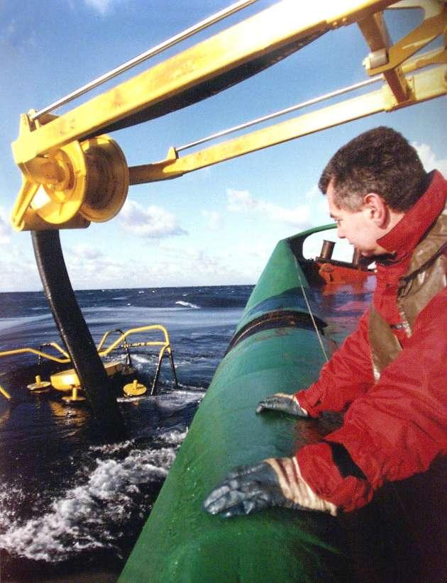 L'équipage d'un bateau de la marine nationale procède, le 16 décembre 1999, aux premières opérations d'aspiration du fioul lourd dérivant au sud-ouest de Belle-Ile-en-Mer.