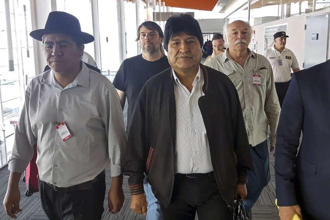 Evo Morales (au centre) à l'aéroport de Buenos Aires, lors deson arrivée en Argentine le 12 décembre 2019.