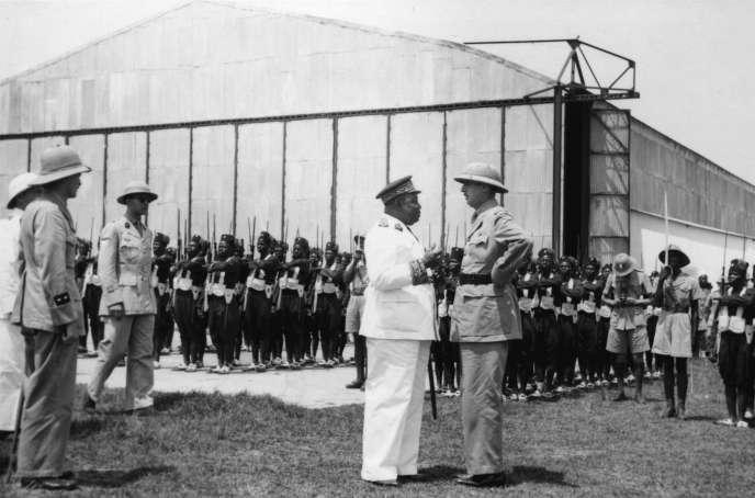 Le gouverneur général de l'Afrique occidentale française avec le général de Gaulle et le général Leclerc en avril 1941.