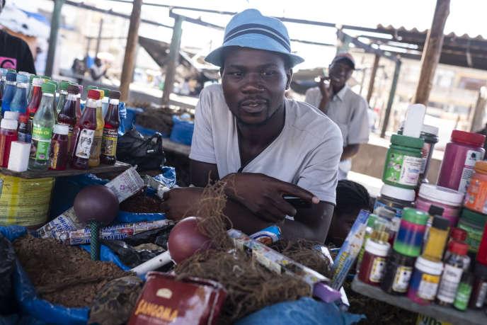 Un guérisseur traditionnel vend des articles sur le marché local de Beira, au Mozambique, en mars 2019.