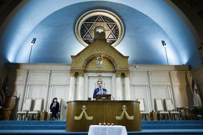 Le maire de Jersey City, Steven Fulop, s'exprime lors d'une veillée en hommage aux victimes de la fusillade, le 11décembre2019.