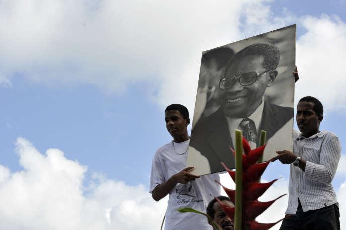 Le 28 avril 2008, à Fort-de-France, en Martinique, cérémonie d'hommage au poète et homme politique français Aimé Césaire, originaire de la Martinique et décédé dix jours plus tôt. La famille de l'inventeur de la « négritude» a refusé qu'il entre au Panthéon, malgré l'insistance du président Sarkozy.