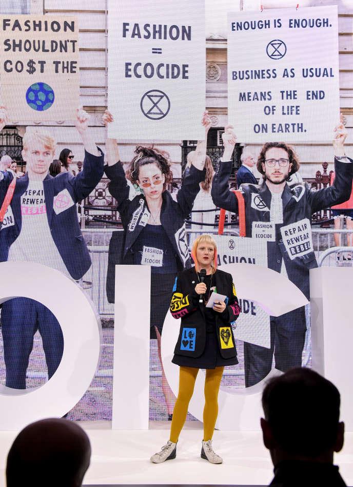Clare Farrell,cofondatrice du mouvement Extinction Rebellion, lors de son intervention à Voices, le 21 novembre, à Chipping Norton, au Royaume-Uni.