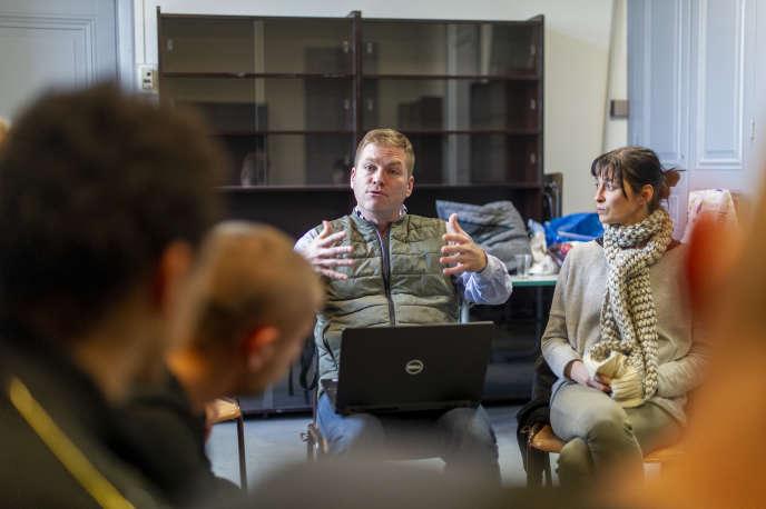 Le conseiller d'insertion et de probation Mathieu Slomianny et l'éducatrice spécialisée Fanny Berthaud lors d'un stage de citoyenneté, le 4 décembre.