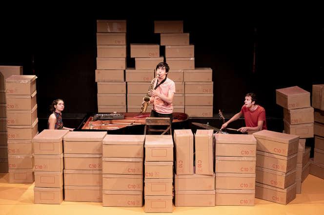 Antonin Tri Hoang (au milieu), Thibault Perriard (à droite) et Jeanne Susin dans «Chewing gum Silence», en mai 2018 à Pantin.