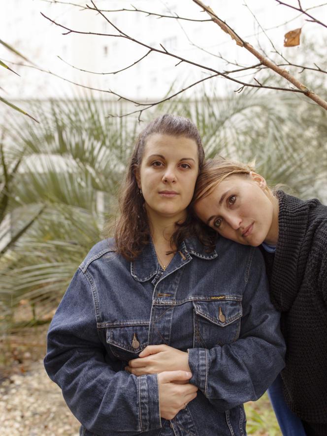 Anaïs Guillen (à gauche), 25 ans, est sourde. Elle a effectué, cette année, neuf mois de service civique dans le cadre du projet-pilote Cap sur l'engagement. Sa tutrice, Jade Clerissy (à droite), est coordinatrice dudit projet dans le collectif T'Cap.