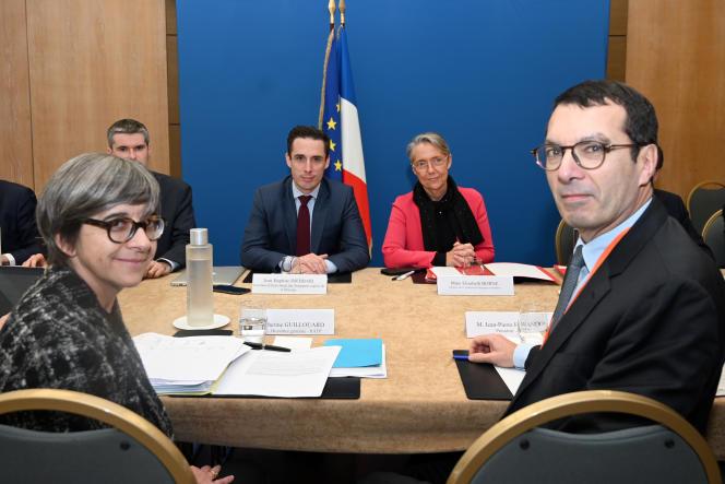 La PDG de la RATP, Catherine Guillouard (à gauche), et son homologue de la SNCF, Jean-Pierre Farandou (à droite), sont reçus auministère de la transition écologique par la ministre des transports, Elisabeth Borne, et le secrétaire d'Etat Jean-Baptiste Djebbari, mercredi11décembre.