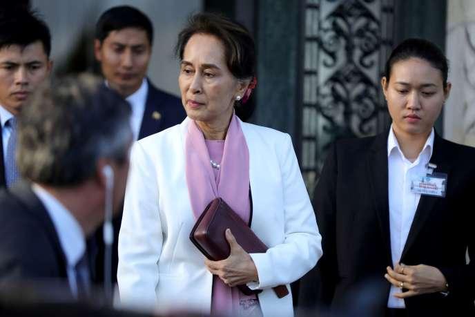 «Dans ce contexte tendu, des signaux encourageants apparaissent cependant autour d'un espace politique qui s'organise, d'institutions qui se reconstruisent, d'un débat qui se structure» (Photo: Aung San Suu Kyi quitte la CIJ à La Haye, le 12 décembre).