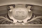 Photo prise le 17 octobre 2011 au Palais de justice de Paris d'un relief représentant le blason de la justice et sa balance.