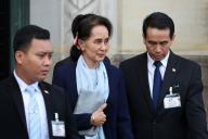 Aung San Suu Kyi quitte la salle d'audience de la Cour internationale de justice à La Haye (Pays-Bas), le 11 décembre.