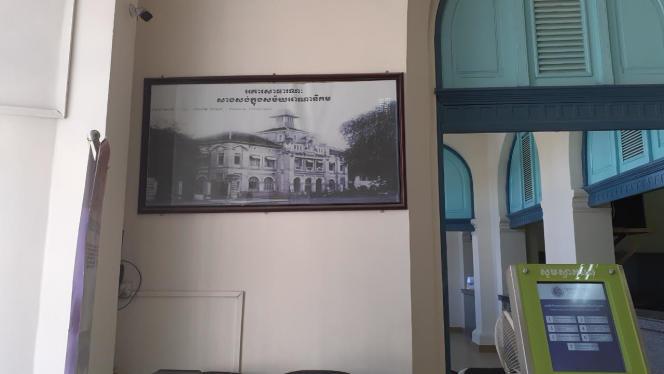 Une photo de la poste centrale d'origine à Phnom Penh, affichée à l'intérieur de la poste actuelle.