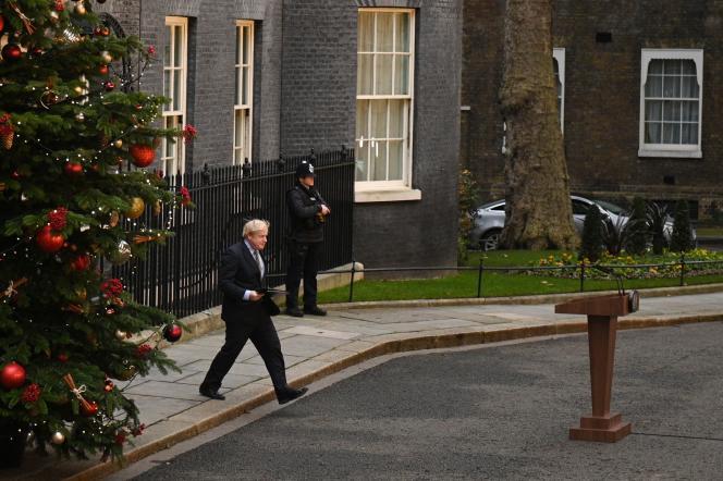 Le premier ministre, Boris Johnson, devant le 10Downing Street, le 13décembre.
