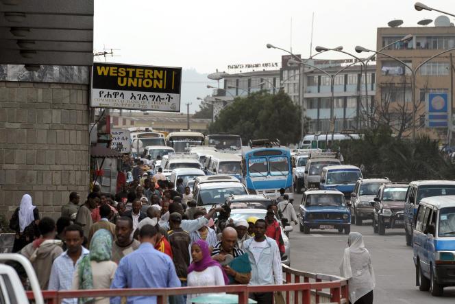 Affluence devant une agence de la Western Union, une des principales banques utilisées par les migrants pour leurs tranferts de fonds, à Addis-Abeba, en 2010.