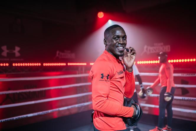 Celui qui a découvert la boxe sur le tard, à 14ans, organise régulièrement des entraînements collectifs avec les jeunes de son quartier dans la capitale française, mais aussi dans son pays d'origine au Sénégal.
