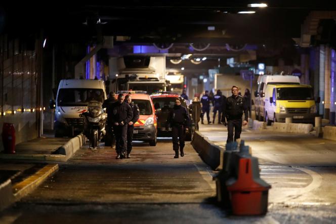 Des policiers dans le quartier d'affaires de la Défense, près de Paris, vendredi 13décembre.