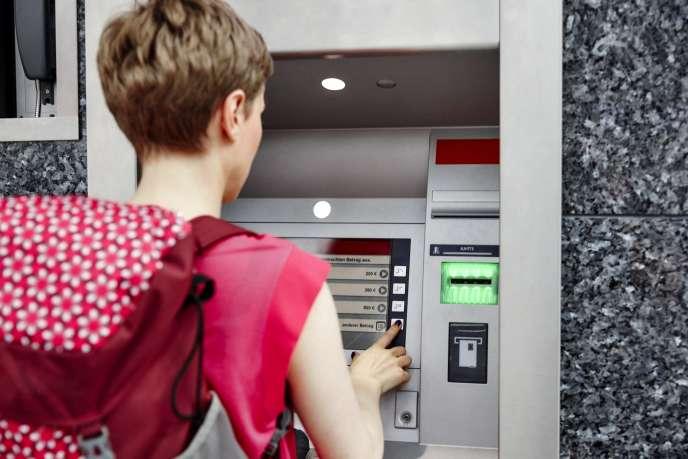 En général, es retraits de devises coûtent entre 2,50 euros et 3 euros, un montant forfaitaire auquel s'ajoutent 2 à 3 % de frais.