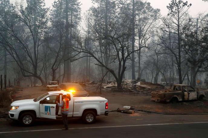 Un employé de la compagnie d'électricité PG&E, après l'incendie Camp Fire, àParadise, en Californie, en novembre 2018.