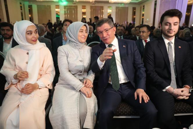 L'ex-premier ministre Ahmet Davutoglu, accompagné de son épouse Sare Davutoglu, le 13 décembre à Ankara.