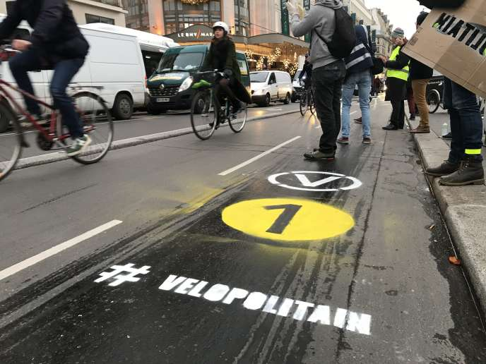 Inscription « # VÉLOPOLITAIN » à Paris, le 12 décembre.