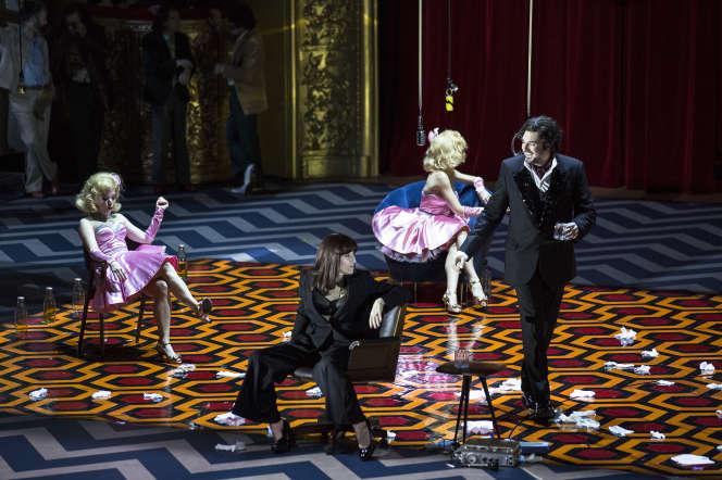 A droite, Michèle Losier et Eric Cutler dans les « Contes d'Hoffmann »,d'Offenbach, mis en scène par Krzysztof Warlikowski.