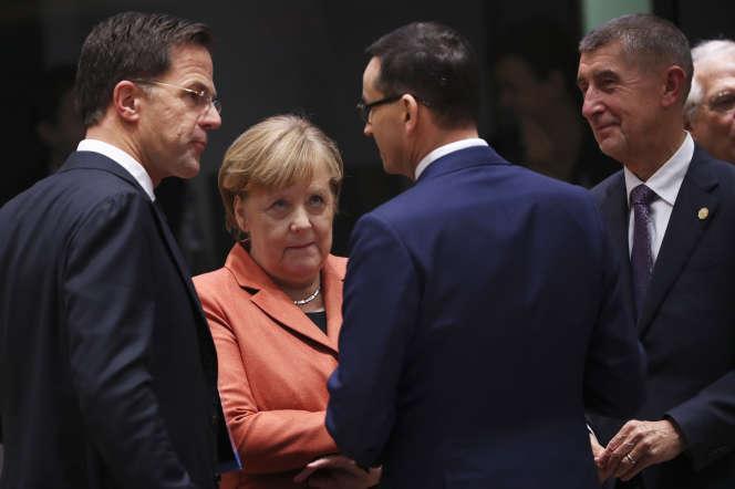 La chancelière allemande Angela Merkel avec (gauche à droite), les premiers ministres Mark Rutte, Mateusz Morawiecki, Andrej Babis, le 12 décembre.