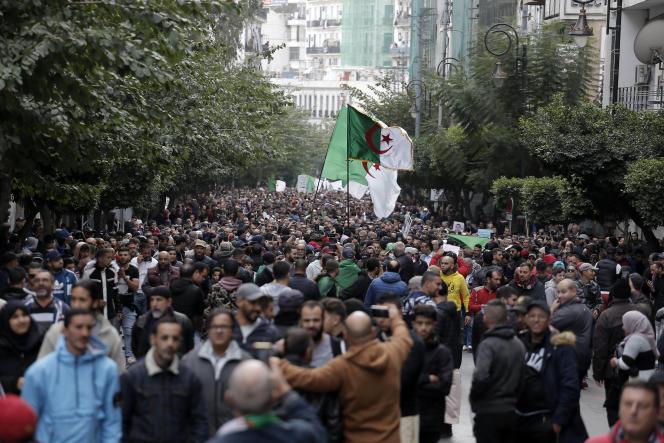 Dans les rues d'Alger, vendredi 13 décembre.