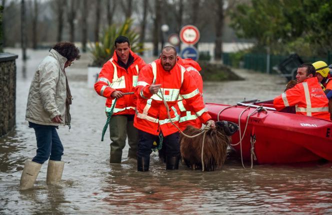 A Peyrehorade, les pompiers landais sillonnaient vendredi soir les quartiers évacués pour convaincre les derniers habitants qui refusaient de partir.