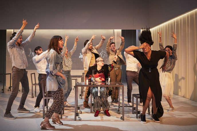 Ludmilla Dabo (à droite) dans « Une femme se déplace», de et par David Lescot.