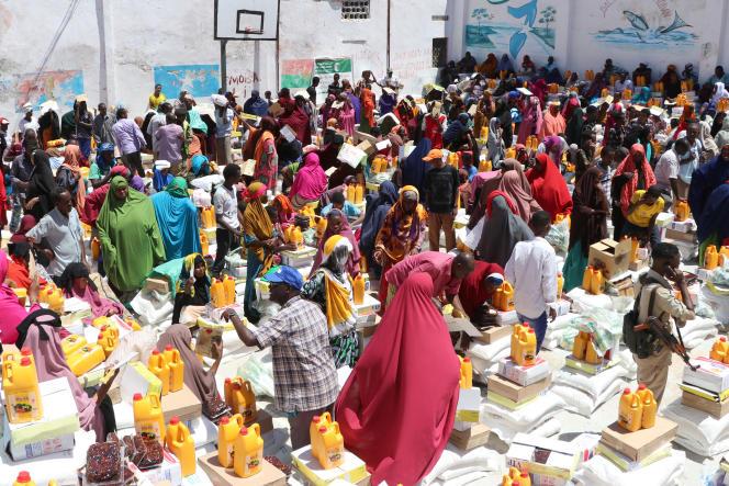 Distribution de vivres à des déplacés somaliens à Mogadiscio, le 15 mai 2019.