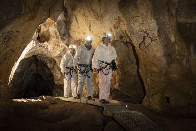 La conservatrice du site de la grotte Chauvet, Marie Bardisa, accompagnée de deux assitants, le 12 novembre 2019.