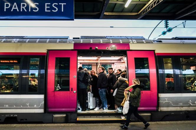 Des usagers de la SNCF à la Gare de L'Est, vendredi 13 décembre à Paris.