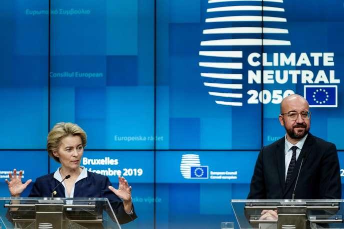 La présidente de la Commission européenne, Ursula von der Leyen, et le président du Conseil européen, Charles Michel, à l'issue d'une rencontre entre les Vingt-Sept, jeudi 12 décembre, à Bruxelles.