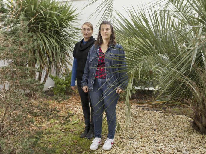 Anaïs Guillen (à droite), 25 ans, est atteinte de surdité. Après un bac pro comptabilité, elle a effectué neuf mois de service civique, et recherche actuellement un emploi dans le domaine du développement personnel. Jade Clerissy (à droite), sa tutrice pendant son volontariat, est coordinatrice du projet-pilote Cap sur l'engagement pour le collectif T'Cap.