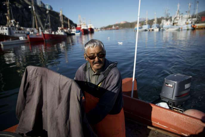 Un pêcheur dans le port de Nuuk, en août 2017. Avec le réchauffement du climat, de nouvelles espèces font leur apparition dans les eaux du territoire autonome danois, comme le hareng ou le cabillaud.