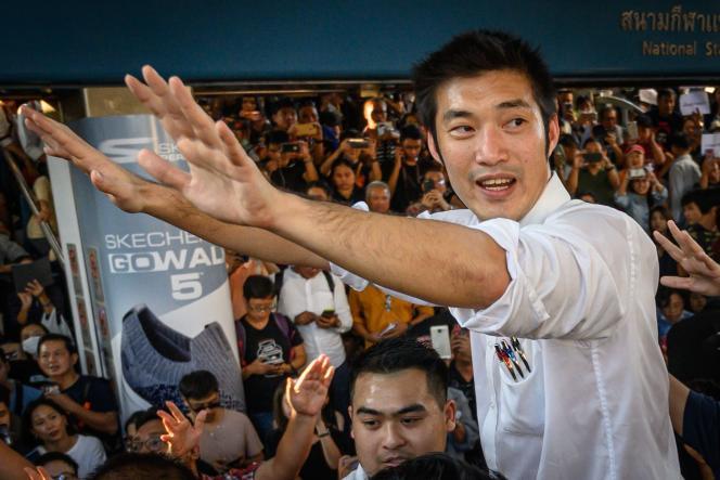 Thanathorn Juangroongruangkit, chef de file du parti thaïlandais Anakot Mai (Parti du nouvel avenir), s'adresse à ses partisans lors d'un rassemblement dans le centre-ville de Bangkok, le 14 décembre.
