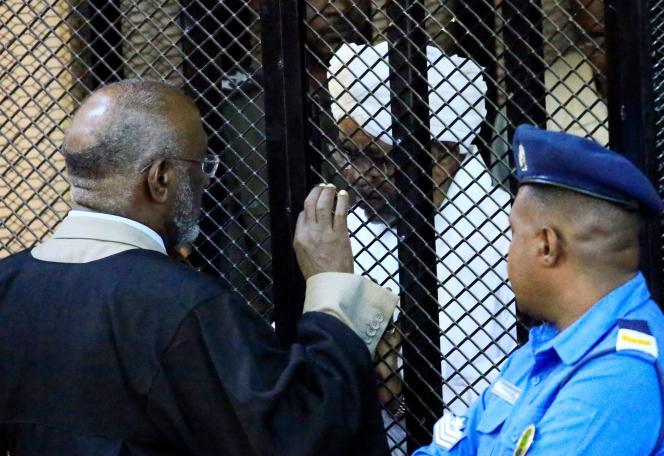 L'ancien président soudanais Omar Al-Bachir parle à son avocat, alors qu'un tribunal de Khartoum vient de le condamner pour« corruption», le 14 décembre. REUTERS/Mohamed Nureldin Abdallah