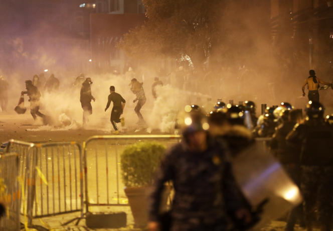 Des manifestants antigouvernementaux dans la fumée des gaz lacrymogènes lors d'un rassemblement au centre de Beyrouth, au Liban, samedi 14décembre2019.