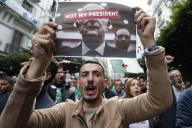 Un manifestant algérien proteste contre l'élection présidentielle, le 13 décembre à Alger.