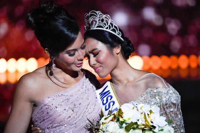 Clémence Botino (à droite), élue Miss France 2020, et Vaimalama Chaves, lauréate de l'édition 2019, à Marseille, le 14 décembre.