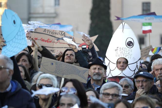 Un manifestant des« sardines», samedi 14 décembre à Rome.
