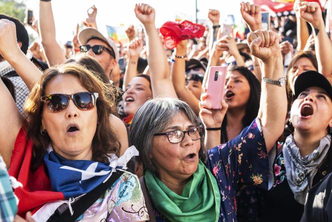 Lors d'une manifestation contre les inégalités à Santiago-du Chili, vendredi 13 décembre. Malgré sa pension, Mercedes Gallegos, 66 ans, travaille toujours comme administratrice dans une ONG locale.