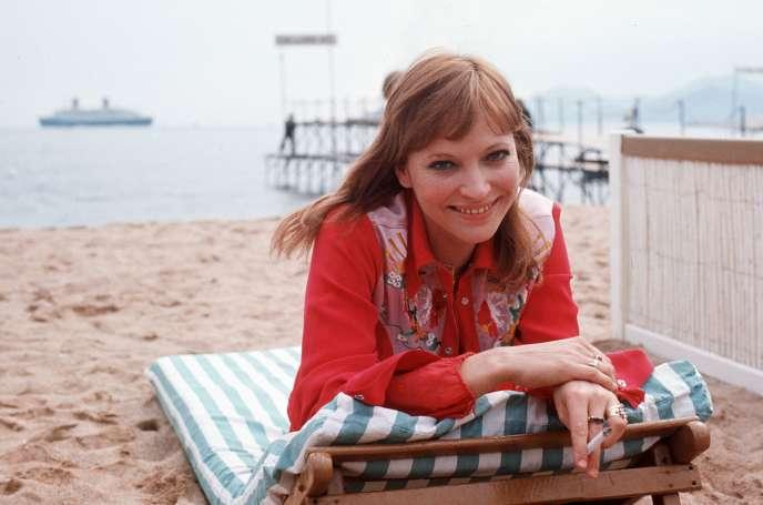 Anna Karina pose sur la plage lors du Festival de Cannes, le 1er mai 1973.
