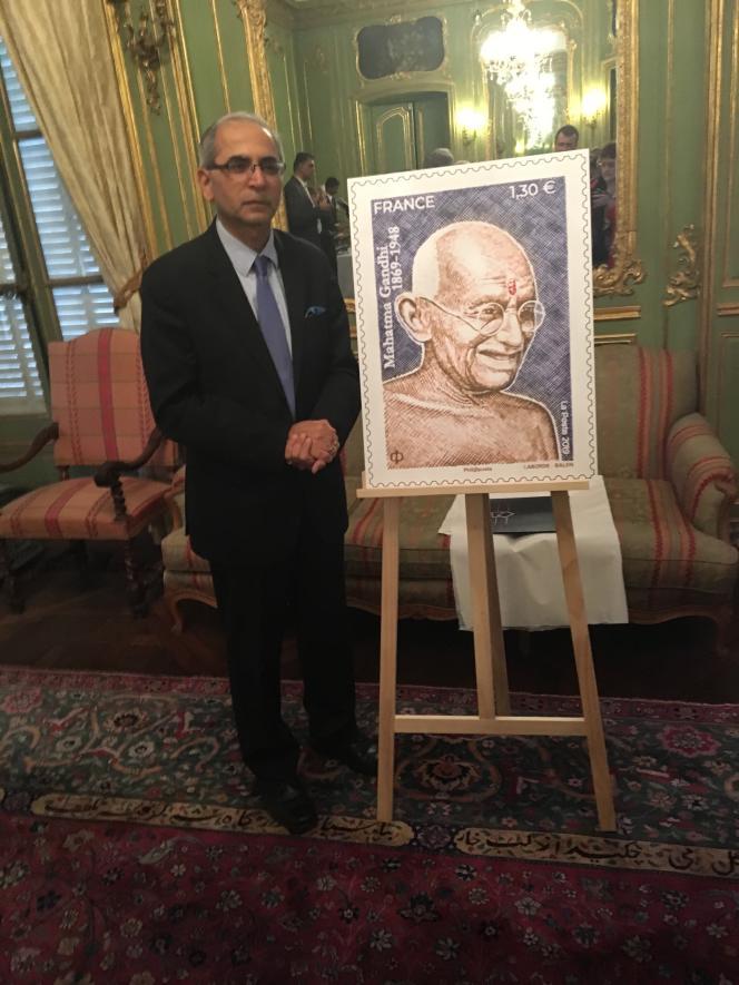 Vinay Mohan Kwatra, ambassadeur d'Inde en France, et le timbre sur Gandhi.