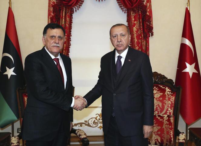 Le président turc, Recep Tayyip Erdogan (à droite), et le chef du gouvernement libyen reconnu par la communauté internationale, Faïez Sarraj, le 15 décembre à Istanbul.