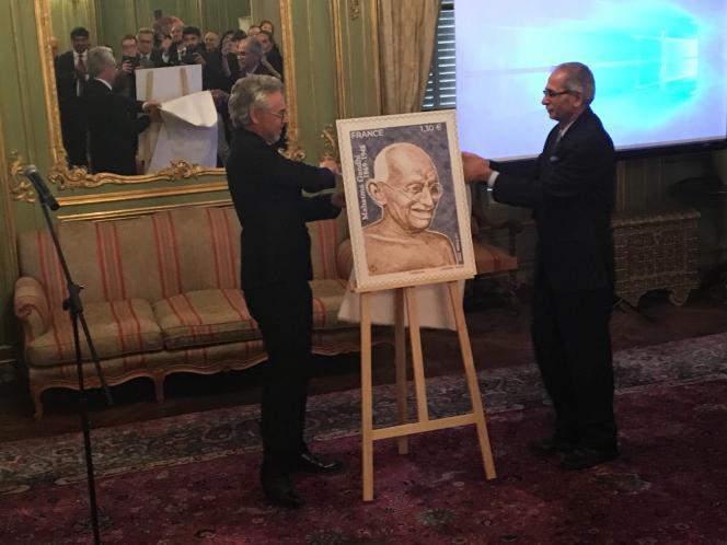 Vinay Mohan Kwatra, ambassadeur de l'Inde en France (à droite) et Gilles Livchitz, le directeur de Phil@poste, présentent le timbre à l'effigie de Gandhi.
