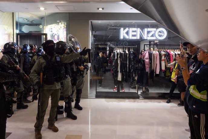 La police fait face à des manifestants dans un centre commercial de Hongkong, dimanche 15décembre.