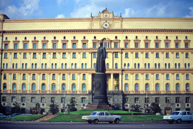 La statue de Djerzinski, fondateur de la Tcheka, la police politique soviétique, place de la Loubianka, à Moscou en 1990, peu avant d'être déboulonnée.