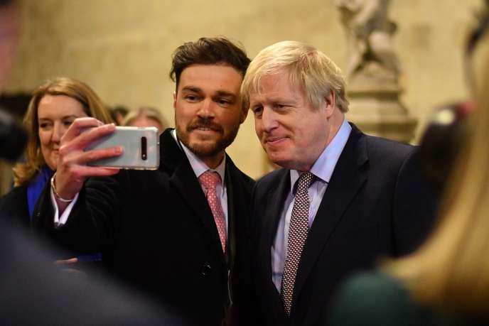 Le premier ministre britannique, Boris Johnson (à droite), pose avec un nouveau député conservateur, le 16 décembre à Westminster.